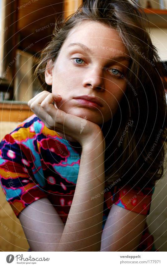 Frau schön Farbe Auge feminin Gefühle Stil Stimmung elegant Bekleidung Junge Frau einzigartig Beautyfotografie Kleid geheimnisvoll filigran
