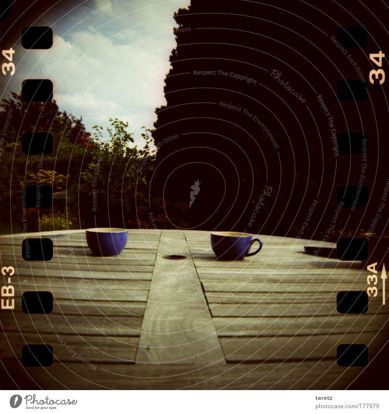 Tässchen Kaffee? blau Garten Holz Stimmung Wärme Lebensmittel braun Zufriedenheit Lifestyle Tisch Sträucher Buchstaben Ziffern & Zahlen heiß Tee