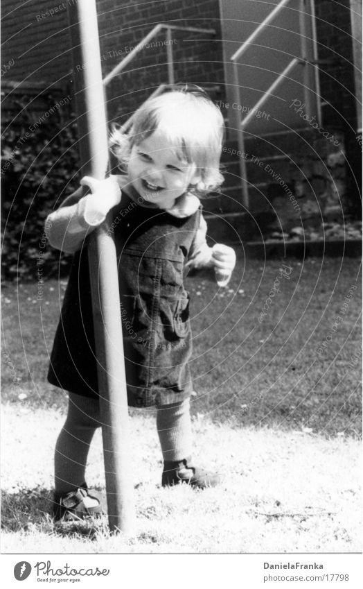 Fang mich doch! Kleinkind Mädchen Wiese Kind Schwarzweißfoto lachen laufen föhlich