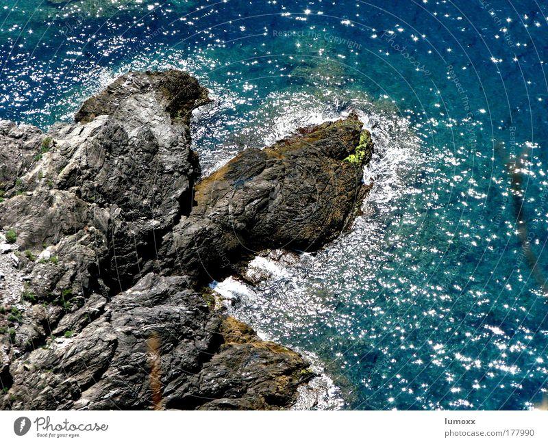 cinque terre Natur Urelemente Wasser Schönes Wetter Felsen Wellen Küste Riff Meer Cinque Terre Italien glänzend blau grau Freude Leben fließen Rauschen