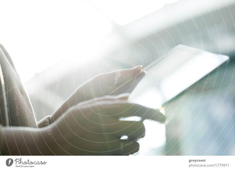 Nahaufnahme von weiblichen Händen, die ein Touchpad gegen helles Sonnenlicht halten Computer Junge Frau Jugendliche Hand 1 Mensch modern Tablet Computer