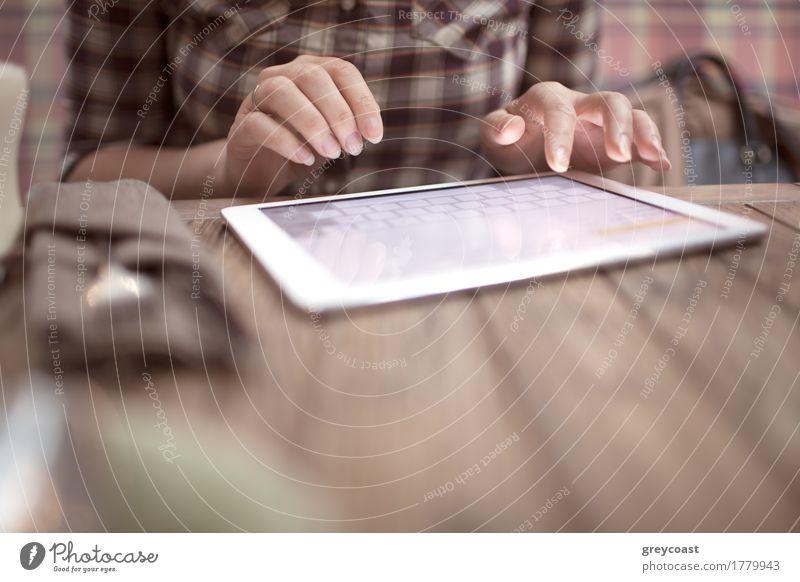Mensch Jugendliche Junge Frau Hand Holz modern Tisch Platz Computer Internet Café horizontal Mitteilung Tablet Computer Öffentlich Apparatur