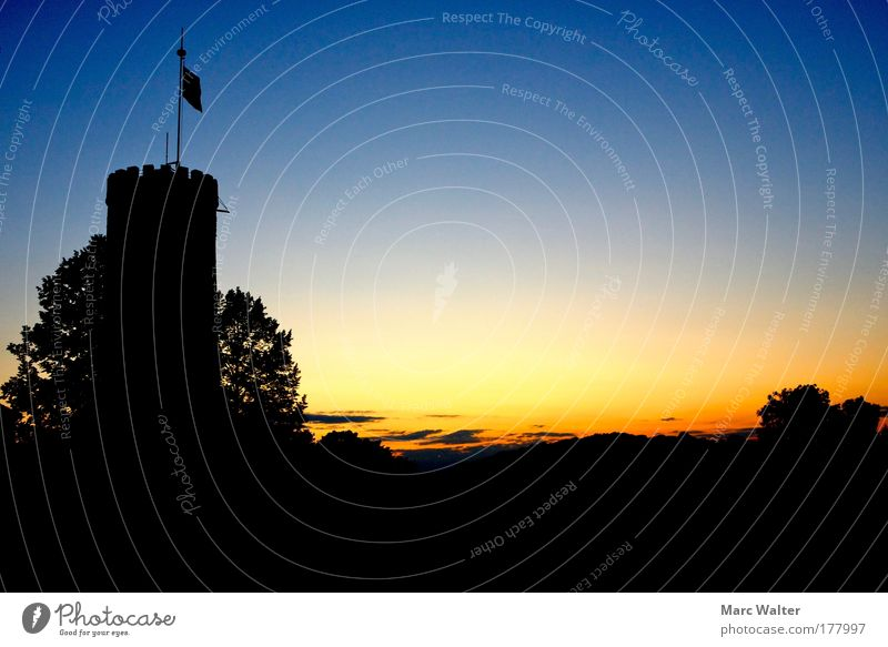 Burgromantik Himmel blau schwarz gelb Erholung Gefühle Wärme Stimmung Horizont gold Turm Warmherzigkeit Unendlichkeit Denkmal Wahrzeichen Baumkrone