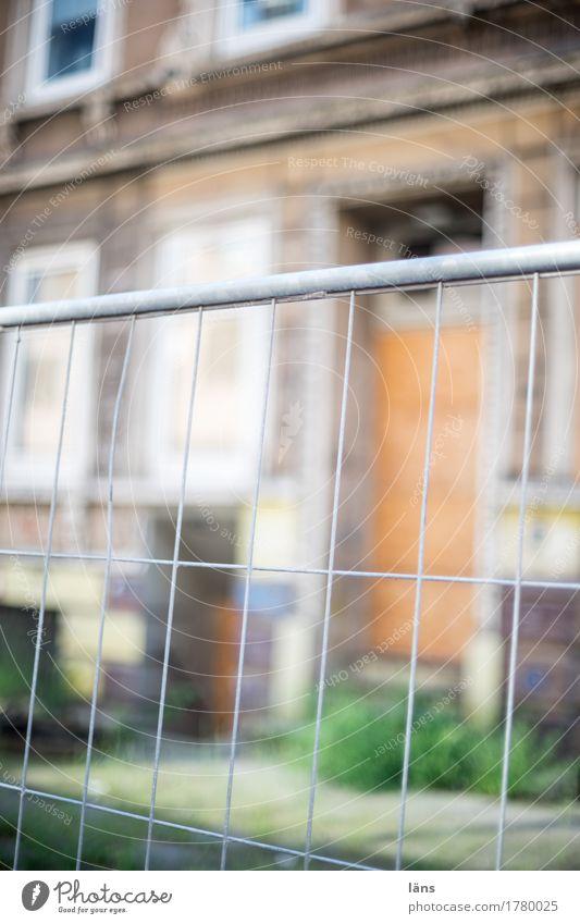 Baufällig alt Haus Wohnung leer gefährlich Baustelle Risiko Zaun Barriere Renovieren baufällig Modernisierung verwohnt