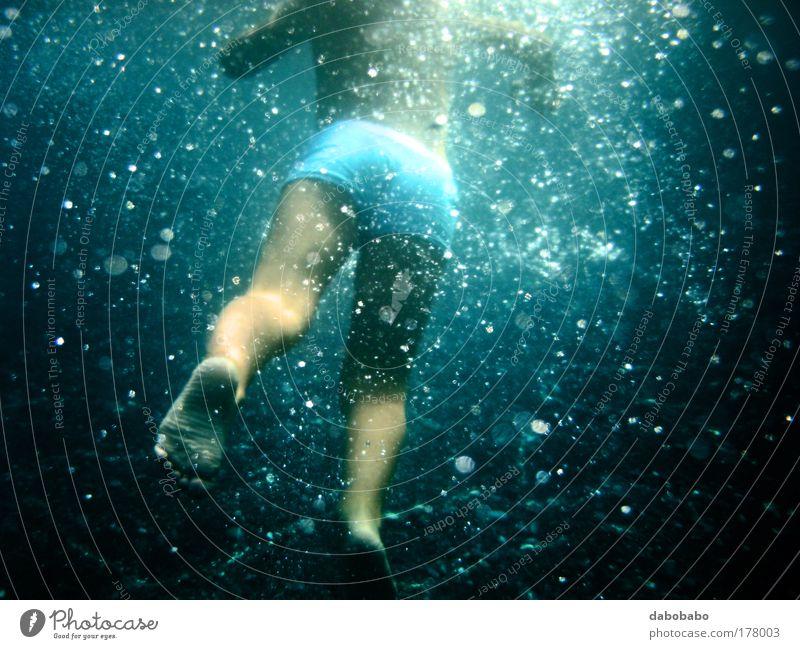 Babyblase mehrfarbig Unterwasseraufnahme Textfreiraum unten Tag Kontrast Silhouette Unschärfe Zentralperspektive Rückansicht Wegsehen Freude