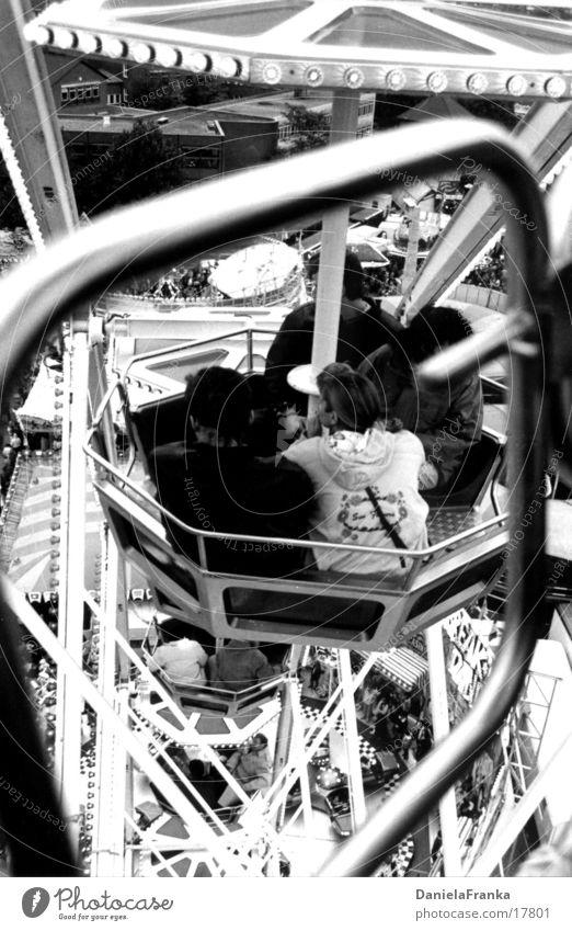 Im Riesenrad 2 Jahrmarkt Herbst Freizeit & Hobby hoch Schwarzweißfoto Mensch