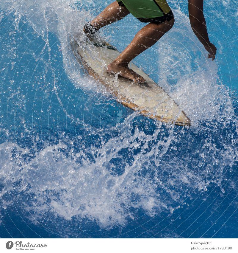 Reiter der Welle Wassersport Surfen Surfer Surfbrett Beine Schwimmbad Sport ästhetisch Flüssigkeit blau Wellen Wellengang Wasserspritzer Dynamik wild Funsport