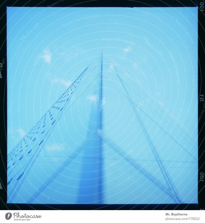 r = c * t blau Einsamkeit kalt Architektur außergewöhnlich Fassade glänzend modern Glas Technik & Technologie groß Zukunft Kirche Sauberkeit Neugier