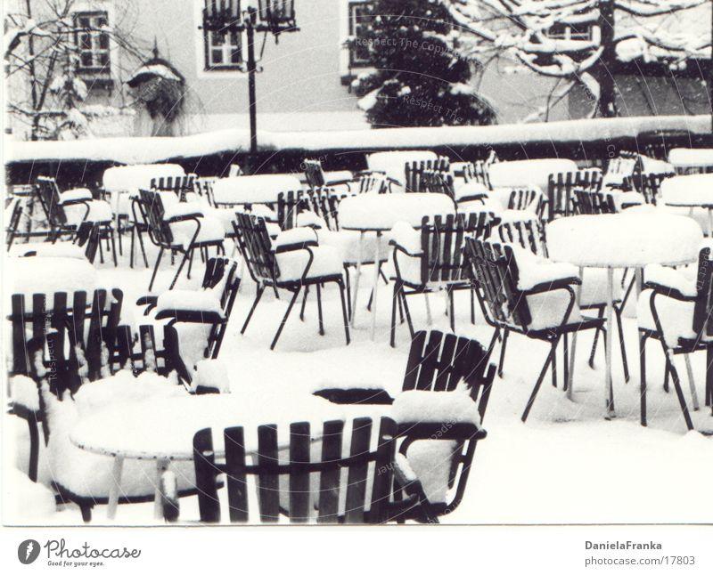 Platz gefällig? Winter Freizeit & Hobby Terrasse Stuhl Tisch obskur Schwarzweißfoto Schnee Außenaufnahme
