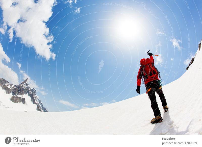 Ein Bergsteiger drückt seine Freude aus, den Gipfel zu erreichen Abenteuer Expedition Winter Schnee Berge u. Gebirge Sport Klettern Bergsteigen Erfolg Mann