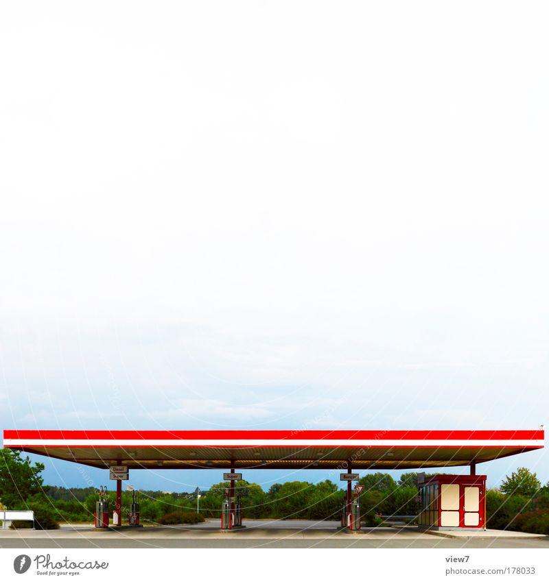 Super Plus Farbfoto mehrfarbig Außenaufnahme Menschenleer Textfreiraum oben Tag Starke Tiefenschärfe Weitwinkel Himmel Wolken Industrieanlage Platz Tankstelle