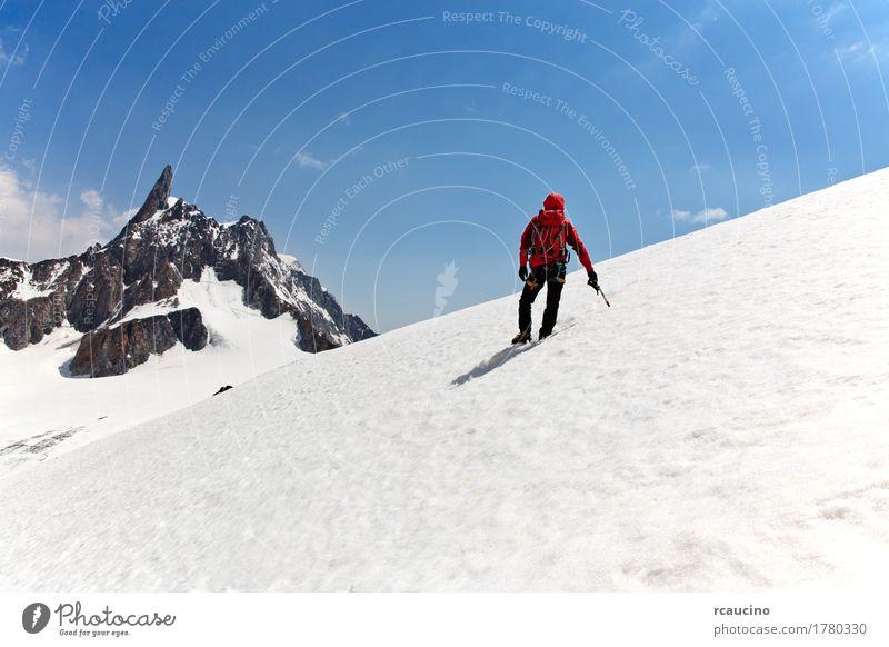 Ein Bergsteiger auf dem Weg zum Gipfel. Chamonix, Frankreich Freude Abenteuer Expedition Winter Schnee Berge u. Gebirge Sport Klettern Bergsteigen Erfolg Mann