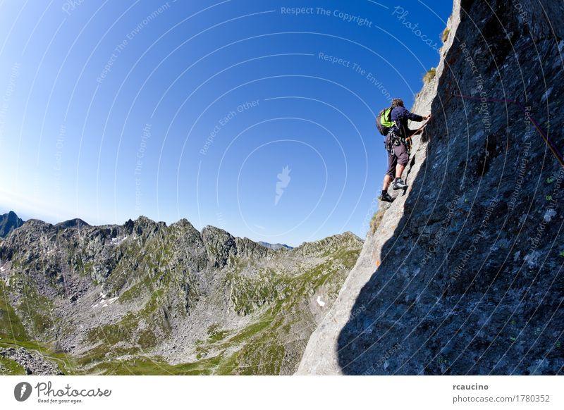 Kaukasischer männlicher Bergsteiger, der eine steile Wand klettert Ferien & Urlaub & Reisen Abenteuer Expedition Sommer Berge u. Gebirge Sport Klettern
