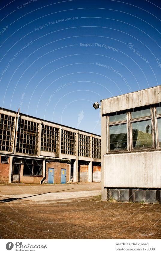 GEISTERSTADT Farbfoto Außenaufnahme Menschenleer Morgen Tag Licht Schatten Kontrast Sommer Fabrik Industrie Haus Industrieanlage Ruine Platz Bauwerk Gebäude