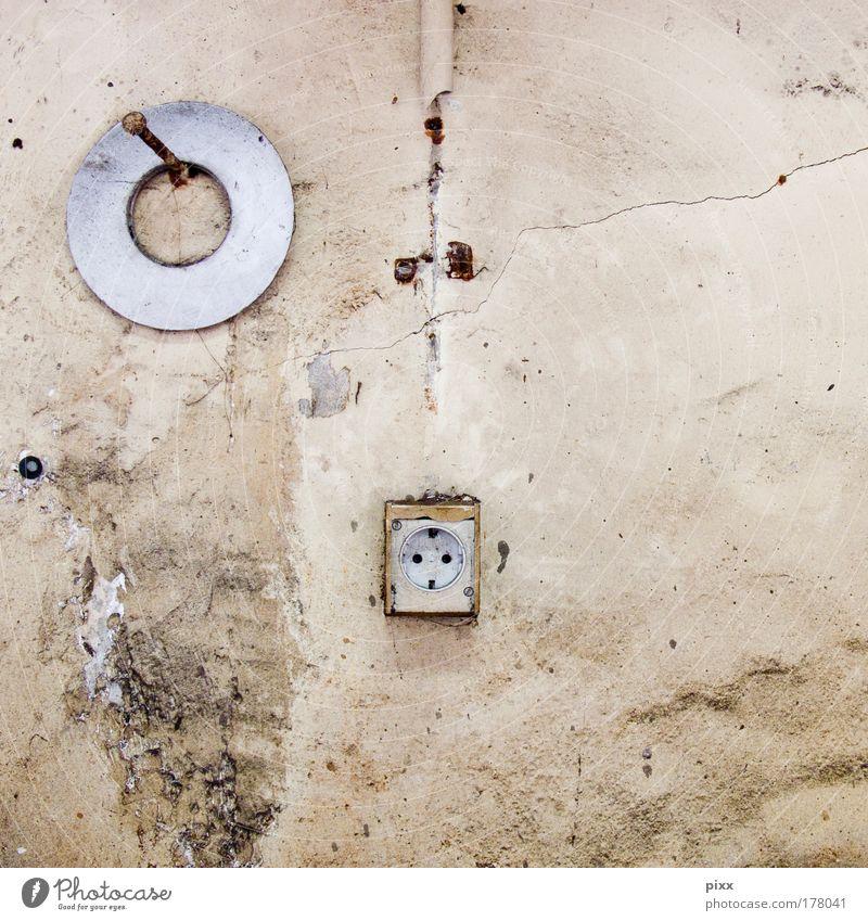 Der Einäugige alt Wand Mauer braun Angst dreckig Beton Kabel Fabrik kaputt einzigartig außergewöhnlich Zeichen Verfall Handwerk Renovieren