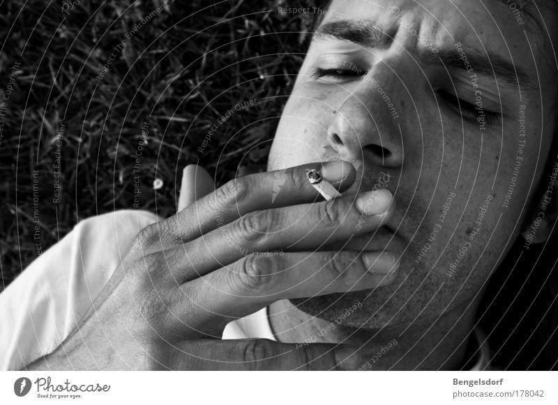 aufhören Mensch Jugendliche Erholung Leben Freiheit Luft träumen Zufriedenheit Mund Rauchen Krankheit Junger Mann Risiko Lebensfreude Stress Rauschmittel