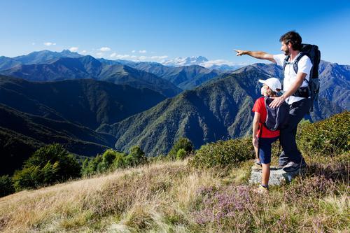 Mann und junger Junge, die in einer Bergwiese stehen Mensch Kind Himmel Natur Ferien & Urlaub & Reisen Sommer weiß Landschaft rot Erholung Berge u. Gebirge