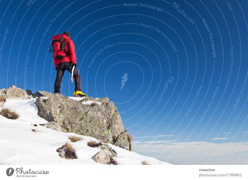 Trekker beobachtet den Horizont Himmel Natur Mann blau Landschaft rot Einsamkeit Winter Berge u. Gebirge schwarz Erwachsene Sport Schnee Felsen stehen