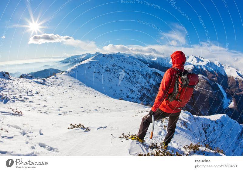 Mountaineer macht eine Pause, während er ein Bergpanorama beobachtet Abenteuer Expedition Sonne Winter Schnee Berge u. Gebirge Sport Mann Erwachsene Natur