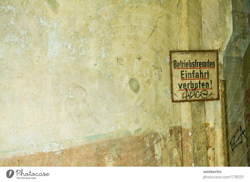 Betriebsfremden Einfahrt verboten! Wand Schilder & Markierungen Information Tafel Ruine Verbote Mitteilung Durchgang Sanieren Textfreiraum Verdauungsystem