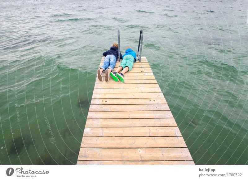 H2O Mensch Kind Mädchen Junge Geschwister Bruder Schwester Kindheit Leben Körper 8-13 Jahre Umwelt Natur Wasser Hose Jacke Schuhe Turnschuh liegen Holz Steg
