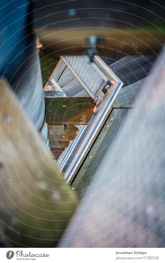 Turmtreppchen I Treppe ästhetisch hoch blau braun silber Höhenangst Holz Metall Treppengeländer Geländer Durchblick Blick nach unten Architektur Konstruktion