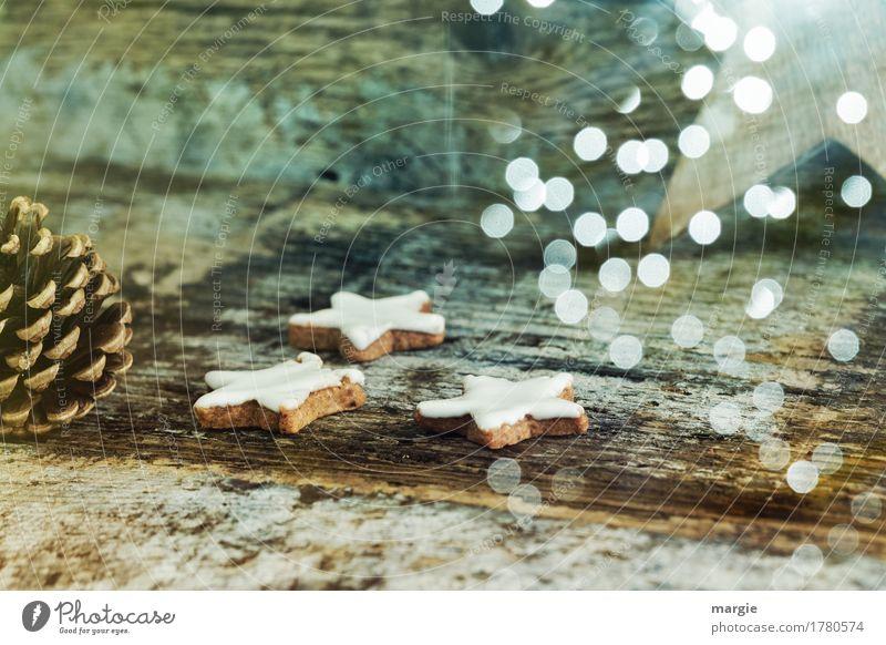 Sternenzauber mit Plätzchen, Tannenzapfen, vielen Lichten auf altem Holztisch Lebensmittel Süßwaren Ernährung Kaffeetrinken Fingerfood Feste & Feiern blau braun