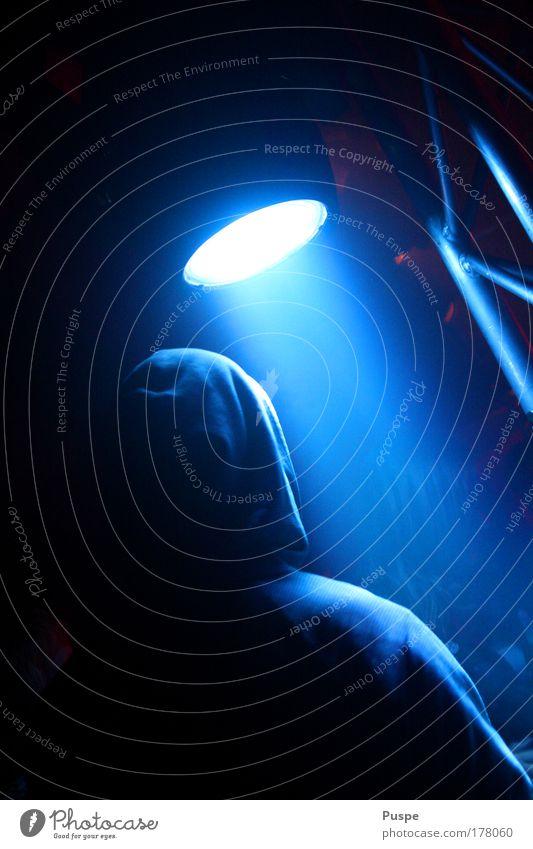 blau 2 Farbfoto Innenaufnahme Kunstlicht Licht Schatten Lichterscheinung Schwache Tiefenschärfe Rückansicht Wegsehen Junger Mann Jugendliche Rücken 1 Mensch