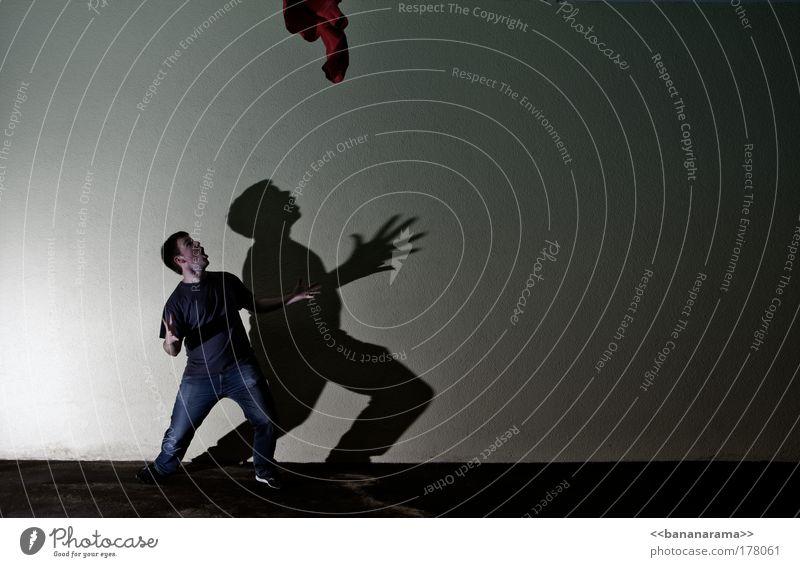 Alles Gute kommt von oben Mensch Jugendliche Hand dunkel Wand Bewegung Mauer Angst Arme Fassade fliegen maskulin Erfolg gefährlich bedrohlich
