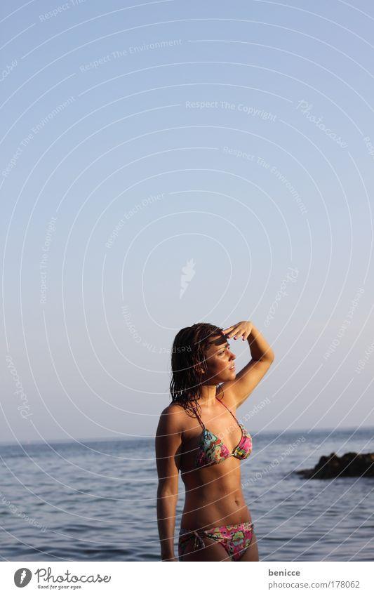 What's that ? Frau Hand Sonne Sommer Strand Porträt Sonnenuntergang Suche hoch Schutz Blick Bikini Seite Überraschung erstaunt attraktiv