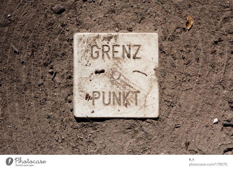 GRENZ -o- PUNKT weiß Sand Wege & Pfade braun Erde warten Schilder & Markierungen Beginn Schriftzeichen Neugier Ende historisch Trennung Fernweh Respekt falsch
