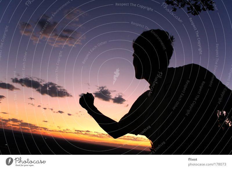 The world is yours Farbfoto Außenaufnahme Textfreiraum rechts Dämmerung Silhouette Sonnenaufgang Sonnenuntergang Starke Tiefenschärfe Weitwinkel Oberkörper