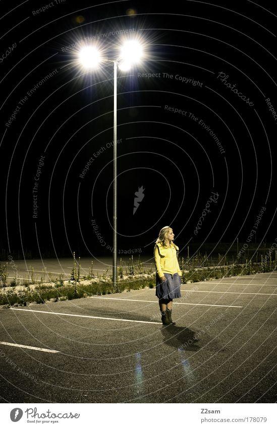 rumpelstilzchen Jugendliche Einsamkeit feminin dunkel Erwachsene Denken blond Angst stehen Coolness Kleid Laterne 18-30 Jahre parken Mensch