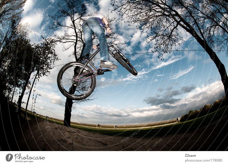 up in the sky Farbfoto Außenaufnahme Starke Tiefenschärfe Fischauge Mensch maskulin 18-30 Jahre Jugendliche Erwachsene Umwelt Natur Landschaft Fahrradfahren