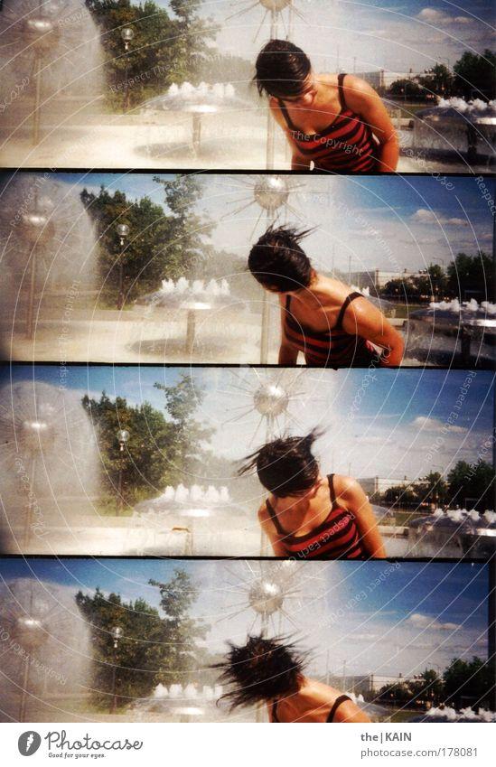 Schüddel dein Haar... Frau Mensch Lomografie Himmel Jugendliche Wasser Baum Sommer Freude Wolken Erwachsene feminin Kopf Haare & Frisuren Bewegung Brunnen