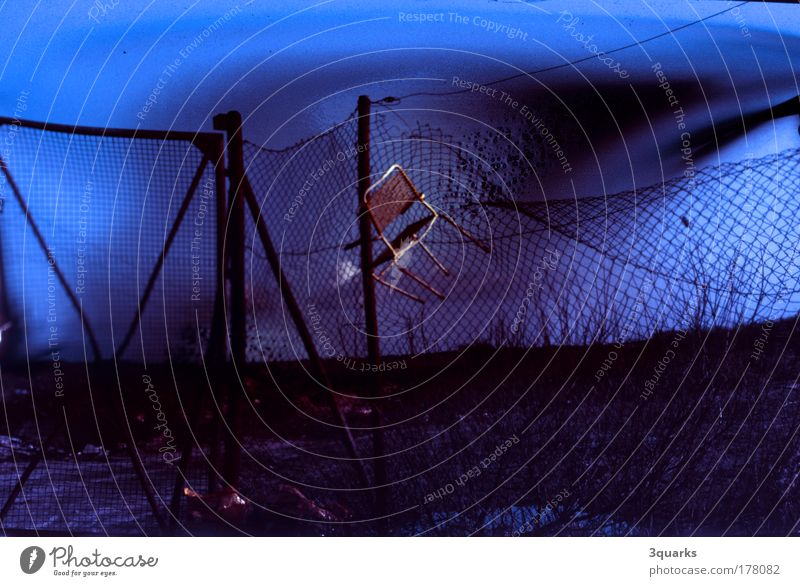 maschendrahtzaun blau schwarz Einsamkeit dunkel Umwelt Landschaft Wege & Pfade Traurigkeit träumen Stimmung Park Kunst dreckig außergewöhnlich Industrie