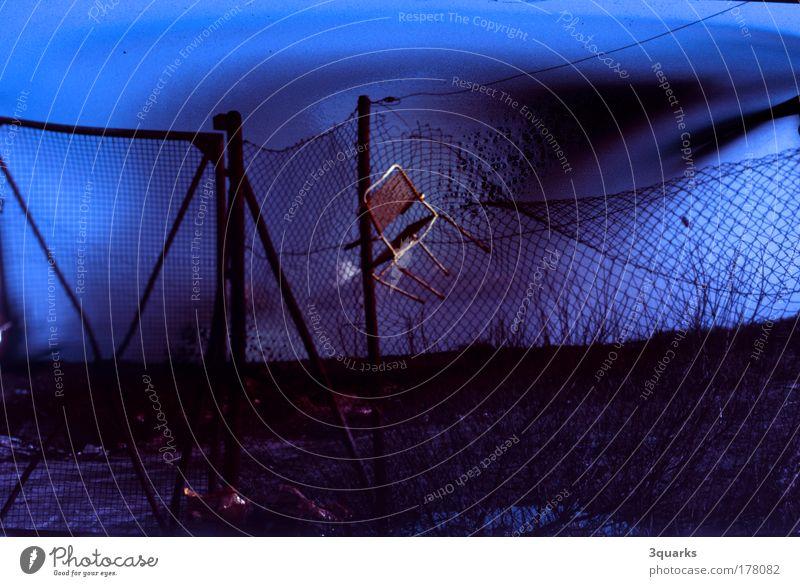maschendrahtzaun blau schwarz Einsamkeit dunkel Umwelt Landschaft Wege & Pfade Traurigkeit träumen Stimmung Park Kunst dreckig außergewöhnlich Industrie bedrohlich