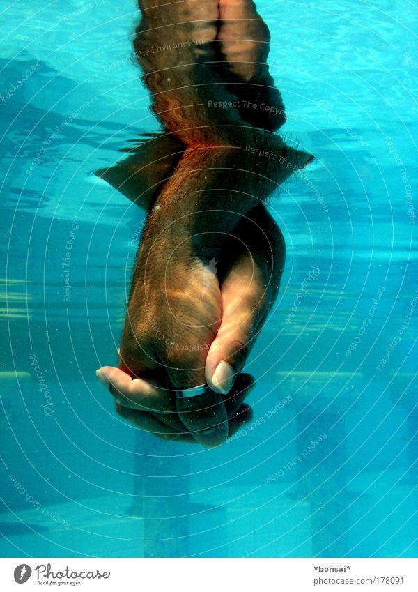 underwater love Mensch Mann blau Wasser Hand Erwachsene Gefühle feminin Liebe Unterwasseraufnahme Glück Freundschaft Zusammensein maskulin nass berühren