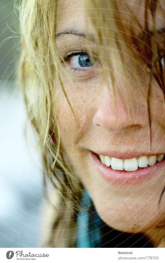 Eye Eye Frau Jung Porträt Blick Auge Haare & Frisuren Gesicht lachen Lächeln Sommer nass Strand Zähne weiß attraktiv schön Blick in die Kamera sympathisch blond