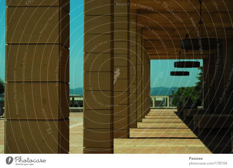 Durchblick Farbfoto Außenaufnahme Tag Licht Schatten Starke Tiefenschärfe Zentralperspektive Kultur Menschenleer Park Bauwerk Gebäude Architektur Mauer Wand