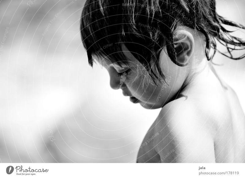 kleiner wildfang Schwarzweißfoto Textfreiraum links Tag Licht Schatten Sonnenlicht Porträt Blick nach unten Mensch maskulin Kind Junge Kindheit Kopf