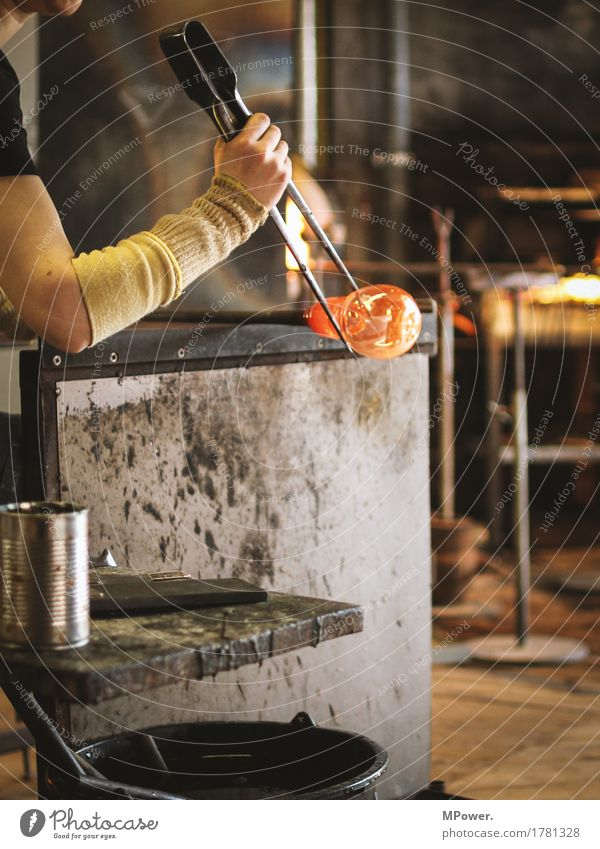 glaser Hand Wärme Kunst Glas Arme heiß Tradition Handwerk blasen Blase Künstler Handwerker filigran Vase glühen