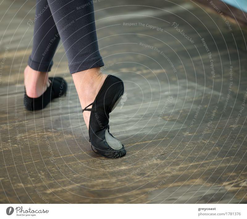 Ballerinas Beine in schwarzen Spitzen auf Holzboden in Spitzenposition elegant Stil schön Tanzen Schule Beruf Mädchen Frau Erwachsene Fuß Tänzer Balletttänzer