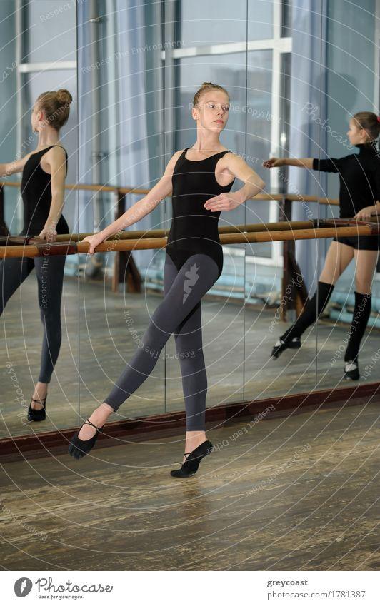 Junge Mädchen, die während des Ballettunterrichts trainieren Spiegel Tanzen Schule Studium 2 Mensch 13-18 Jahre Jugendliche Tänzer Balletttänzer Fröhlichkeit