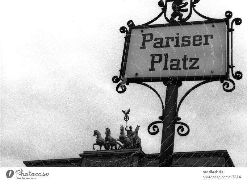 Pariser Platz Brandenburger Tor Weitwinkel Nostalgie Europa Berlin Schilder & Markierungen Schwarzweißfoto
