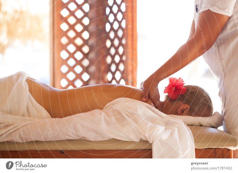 Frau, die mit Körpermassage am Schönheitsbadekurort sich entspannt Körperpflege Haut Gesundheitswesen Behandlung Wellness Erholung Spa Massage Erwachsene 2