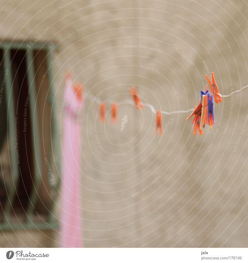hängen gelassen Farbfoto Außenaufnahme Menschenleer Wäsche Wäscheleine Wäscheklammern Fenster Fassade Gitter blau rot orange rosa Tag