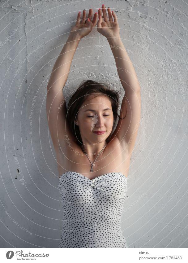 . feminin 1 Mensch Mauer Wand Kleid Schmuck Halskette brünett langhaarig Erholung Lächeln stehen ästhetisch Freundlichkeit schön Glück Zufriedenheit
