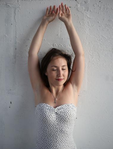 . Mensch schön Erholung ruhig Wand Leben feminin Mauer Glück Zeit Zufriedenheit ästhetisch stehen Lächeln Lebensfreude Romantik