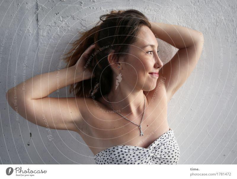 . feminin 1 Mensch Mauer Wand Kleid Schmuck Halskette brünett langhaarig Erholung Lächeln Blick Freundlichkeit Fröhlichkeit schön Zufriedenheit Lebensfreude